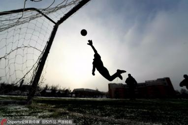 雪中踢球什么感受?这群努力的小学生告诉你