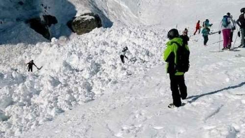 惊险!滑雪场雪崩,眼看多人被埋